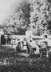 LNTI 4.26 L.N. Tolstoï en famille près du court de tennis