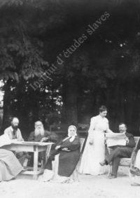 LNTI 4.30 L.N. Tolstoï entouré de sa famille et d'invités