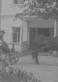 LNTI 4.31 L.N. Tolstoï dans un attelage devant la maison