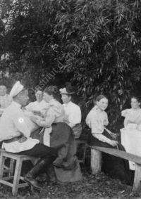 LNTI 4.54 La famille Tolstoï et des amis