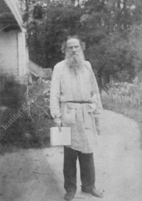 LNTI 5.09 L.N. Tolstoï devant la maison