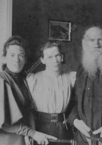 LNTI 5.10 L.N. Tolstoï avec ses filles Tatiana et Maria dans la maison de Khamovniki