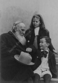 LNTI 5.34 L.N. Tolstoï raconte à ses petits-enfants Ilioucha et Sonia le conte du cornichon