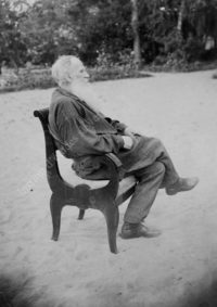 LNTI 5.42 L.N. Tolstoï assis dans le jardin