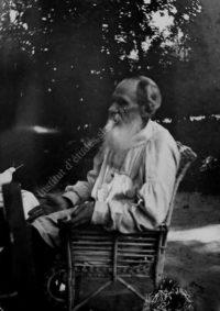 LNTI 6.07 L.N. Tolstoï assis dans le jardin