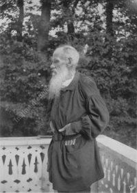 LNTI 6.32 L.N. Tolstoï sur la terrasse de la maison