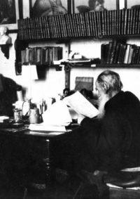 LNTI 8.11 L.N. Tolstoï dans son cabinet de travail