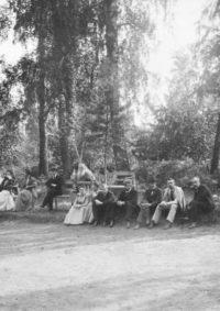 LNTI 8.20 La famille Tolstoï et des invités près du court de tennis