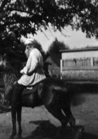 LNTI 8.27 L.N. Tolstoï sur son cheval Délire devant la maison à Iasnaïa Poliana